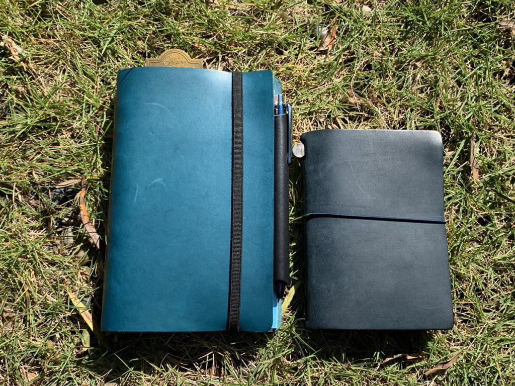 プロッターのリスシオレザーのブルーバイブルサイズを購入!トラベラーズノートのブルーとの色比較